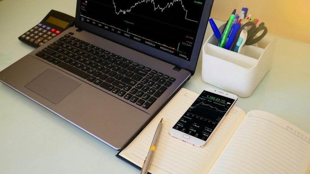 ordenador con gráfico de trading