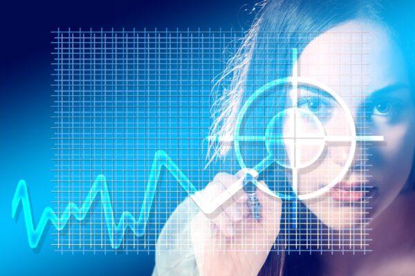 persona analizando un gráfico de trading