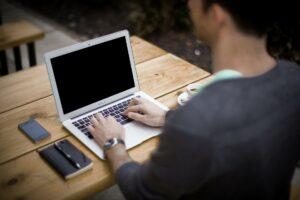 persona escribiendo en ordenador